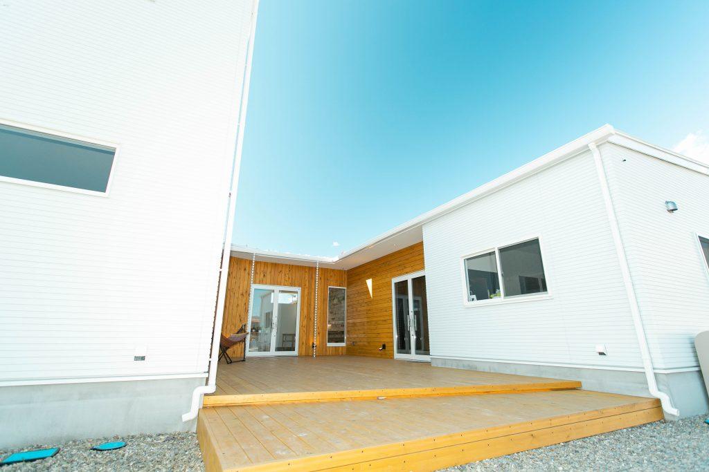 áretの外観。温もり溢れるウッドデッキと洗練された白壁が、チャレンジャーを育む空間に。